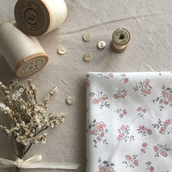 tissu coton fleuri motifs fleurs champetres dans les tons roses poudrés et vert kaki