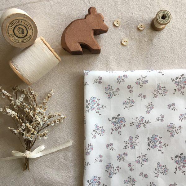 tissu coton fleuri motifs fleurs champetres coloris bleu gustavien et vert sombre