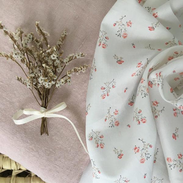 tissu de coton à motifs fleuris beige et rose poudré