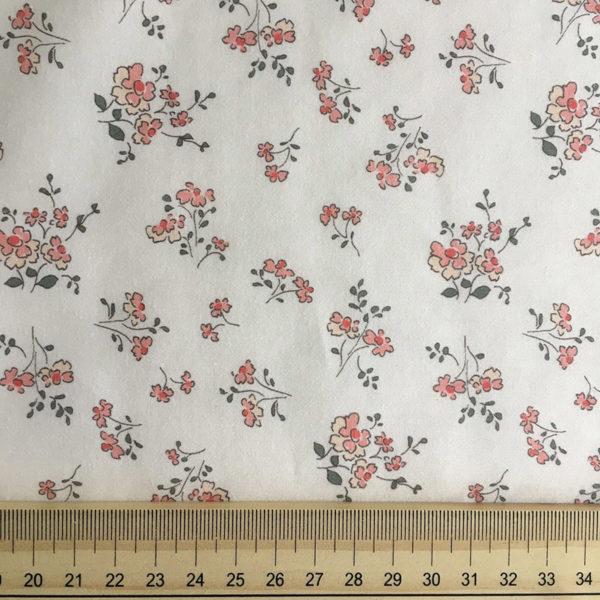 tissu coton fleuri motifs fleurs champetres dans les tons roses poudrés et vert foncé