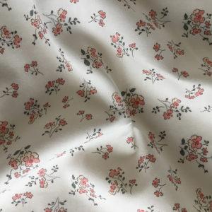 tissu en coton à motifs de fleurs champetres coloris rose poudré